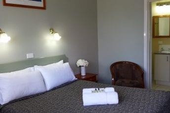 Queen-Bed-Room-1.jpg